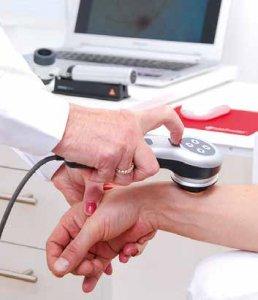 Zum Einsatz kommt modernste Diagnostik – hier das Auflichtmikroskop zur Beurteilung von Haut- und Haarveränderungen