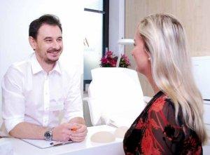 Nimmt in ausführlichen Beratungsgesprächen die Wünsche seiner Patienten sehr ernst: Dr. Evangelos Sarantopoulos