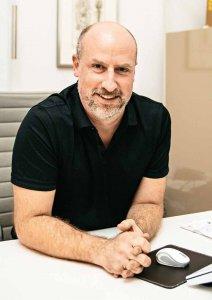 Dr. Daniel Klase nutzt elektrische Impulse, um Schmerzen auszuschalten