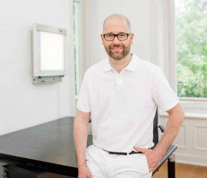 Dr. Sebastian Schneider arbeitet in seiner Praxis an der Hallerstraße mit den Methoden der konservativen Orthopädie und der Manuellen Therapie