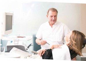 Dr. Thomas Marc Schulte nimmt sich viel Zeit für die ausführliche Beratung seiner Patienten