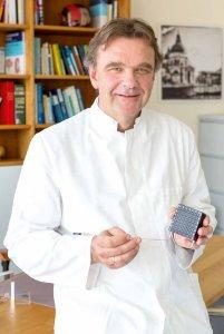 Dr. Jörg Zimmermann erklärt, wie die radioaktiven Seeds mit einer Hohlnadel durch ein Zielraster in die Prostata eingesetzt werden