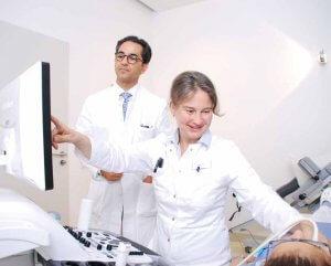 Zusammen mit dem Ärztlichen Direktor Dr. Keihan Ahmadi-Simab (links) bespricht Oberärztin Dr. Margarete Kern das Ergebnis einer Ultraschall-Diagnostik