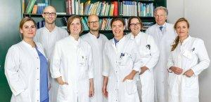 Die Oberärzte der Chirurgischen Klinik (von links) Dres. Wiedau, Korr, Kschowak, Sendler, Schwab, Emmermann, Alm mit Prof. Zornig (2. von rechts)