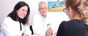 Priv.-Doz. Dr. Georgia Schilling und Prof. Arnold im Beratungsgespräch