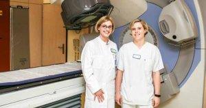 Priv.-Doz. Dr. Silke Tribius und eine Assistentin präsentieren die moderne Technik ihres Instituts