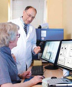 Prof. Dr. A. Elmaagacli bespricht im eigenen Speziallabor die Untersuchungsergebnisse