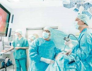 """Prof. Dr. Christian Wülfing (rechts) bei einer Nierenteilresektion """"durchs Schlüsselloch"""" in der Asklepios Klinik Altona"""
