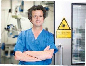 PD Dr. Ulrich Schaudig im Augen-OP der Asklepios Klinik Barmbek