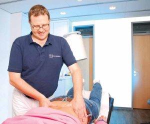 Dr. Schurbohm grenzt die Schmerzursache mit einer genauen körperlichen Untersuchung und gezielten Spritzen ein und gleicht diese mit den radiologischen Befunden ab
