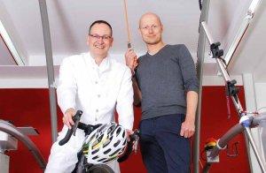 Helfen Sportlern, ihre Leistung zu steigern und gleichzeitig gesund zu bleiben: Dr. Andreas S. Gonschorek und Dr. Helge Riepenhof (v. l. n .r.)