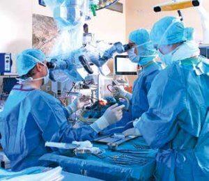 Während der OP kommt die computerassistierte Neuronavigation sowie das intraoperative Neuromonitoring zum Einsatz (links). Direkt aus dem OP wird der Patient in das MRT gefahren.