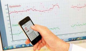Mit Hilfe von Blutdruck-Apps wird der Blutdruckwert überwacht und in die Ambulanz übermittelt