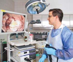 Dr. Fischer kontrolliert mit Monitorunterstützung das Ergebnis der Entnahme einer Darmwand