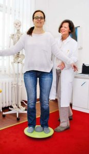 Dr. Kapella lässt ihre Patienten zunächst auf dem Wackelbrett balancieren
