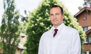 """PD Dr. Stefan Kroppenstedt behandelt Rückenpatienten """"aus einer Hand"""""""