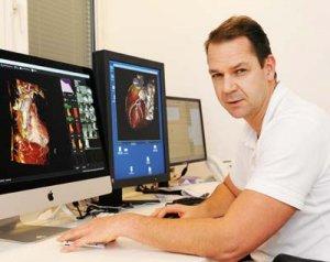 Dr. Tillmanns verfolgt jedes MRT unmittelbar am Bildschirm