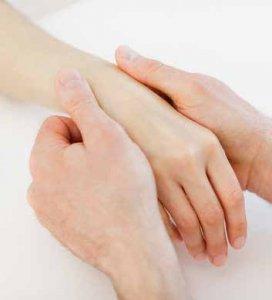 Bei der manuellen Therapie werden Muskeln und Faszie mit bestimmten Griffen und Ausstreichungen behandelt